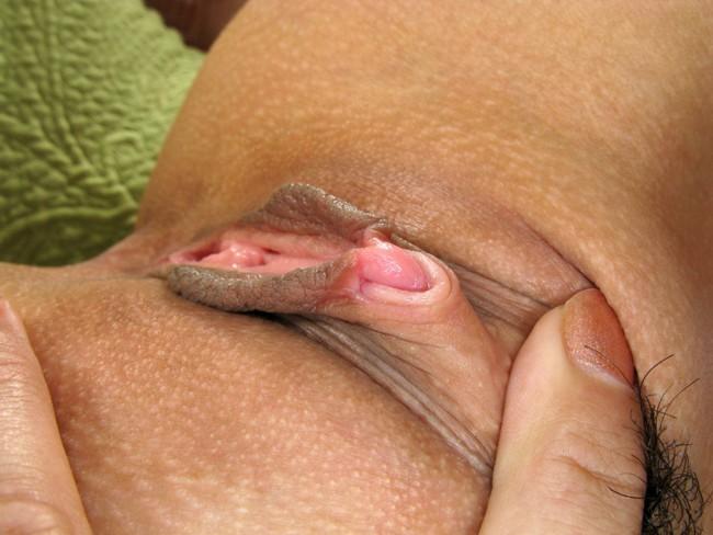 Девчонка трогает пизду под трусами, пальчиком залезая во влагалище. Красив
