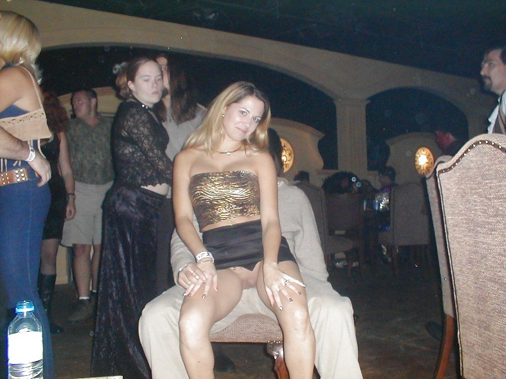 пойму, ему в клубе заснял под юбкой все свои