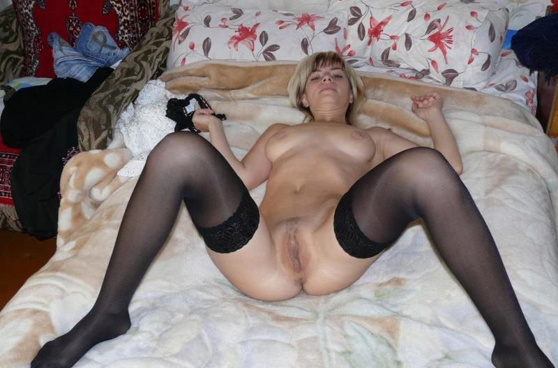 Порно Жена Раздевается Чулки Всем