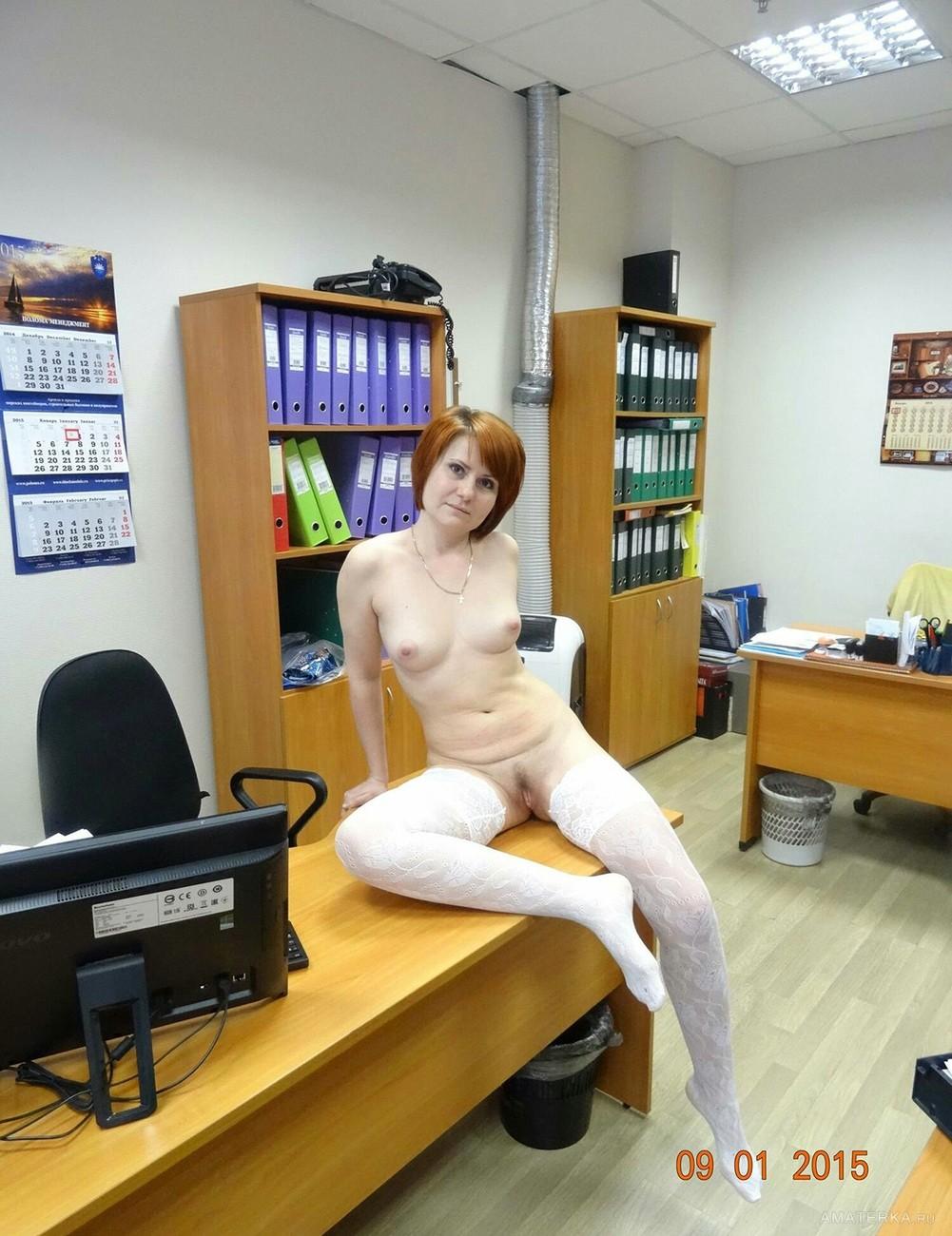 Фото раздевания на рабочем месте в чулках